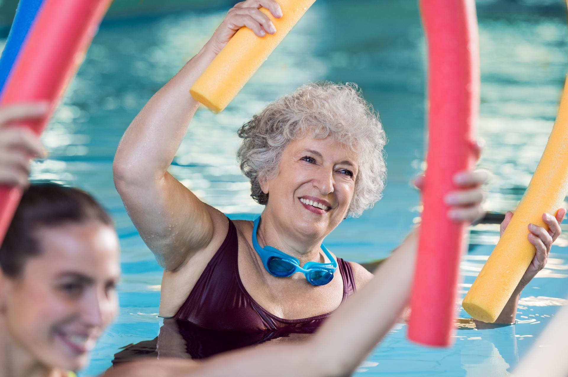 Une personne âgée pratique une séance d'aquagym