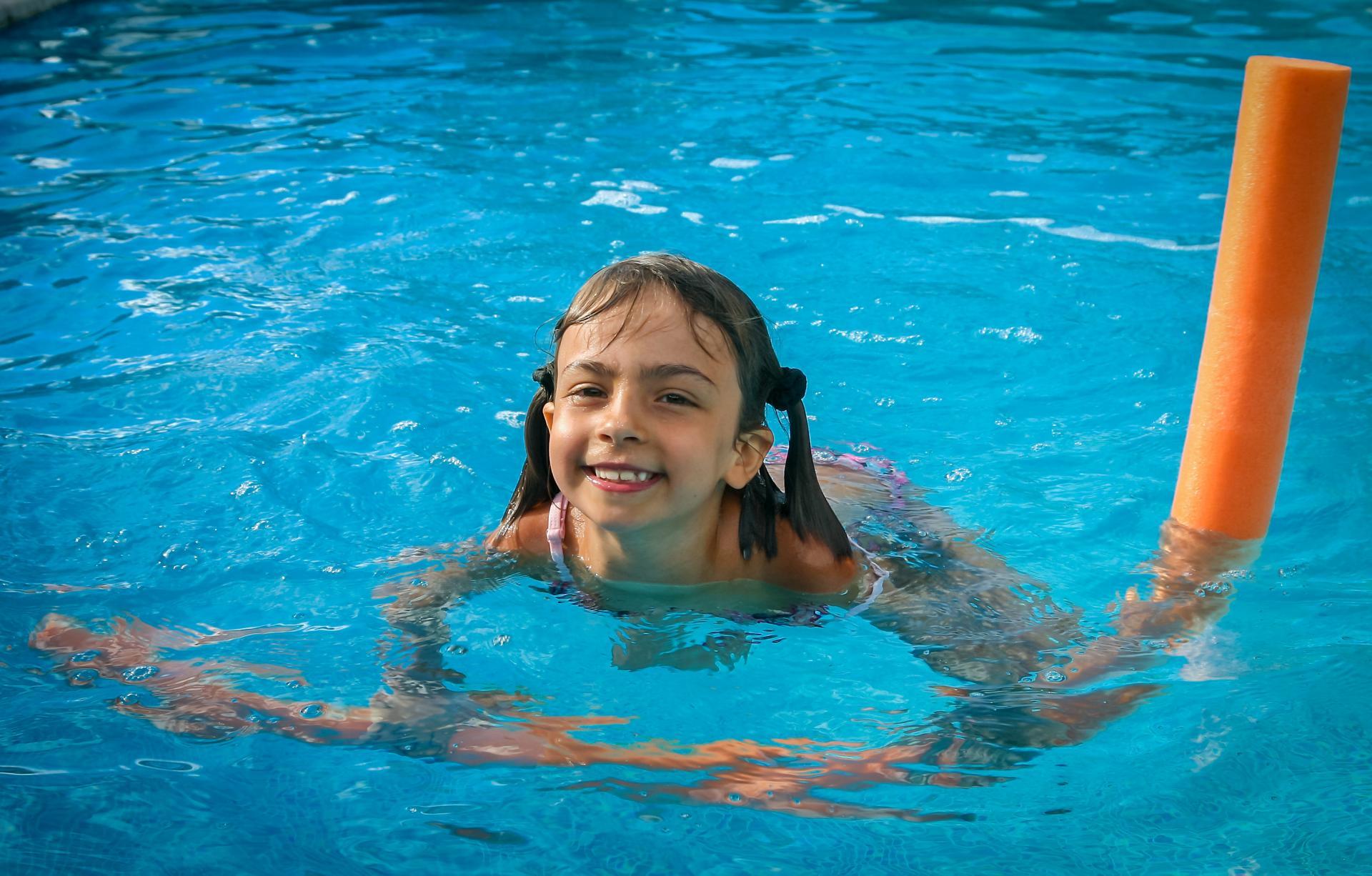 Jeune fille jouant dans une piscine